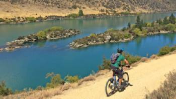 Cycling high above Lake Roxburgh | bennettandslater.co.nz